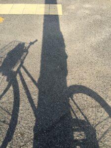 高松はあまりに暑いので影で一休み